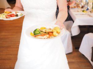 Braut mit Essen