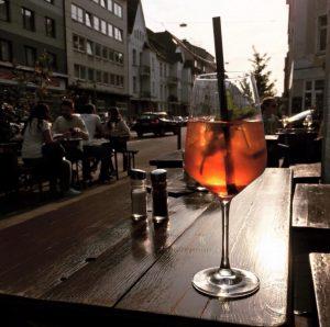 düsseldorf biergarten innenhof terrasse terasse draußen sitzen gemütlich lecker