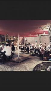 Der Frühling naht – Sonne, gutes Essen, gute Getränke und unser Innenhof / Biergarten