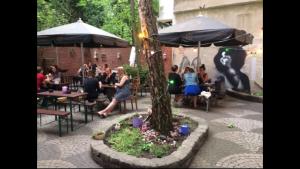 noha Düsseldorf Flingern Biergarten Innenhof bester Restaurant draußen sitzen