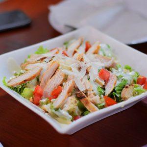 Salat mit Huhn, Parmesan, Gemüse